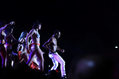 D'banj performing with half naked girls on stage