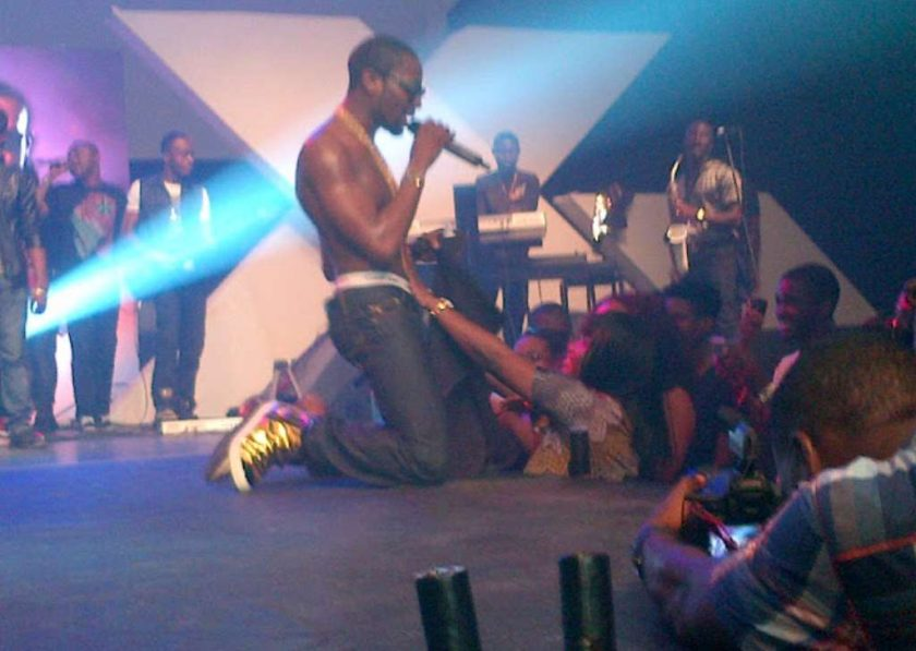 Fans embarass D'Banj during his performance in Zimbabwe