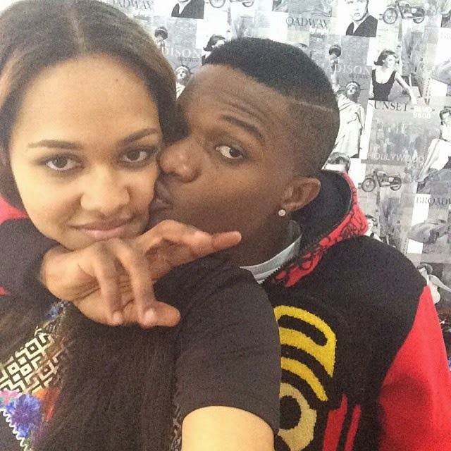 Wizkid gives boo Tania a kiss