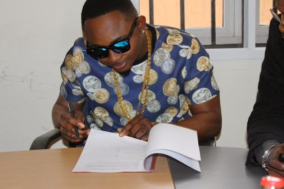 Sean Tizzle signing