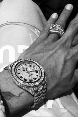 Chris Brown Flaunts His Expensive Jewelries