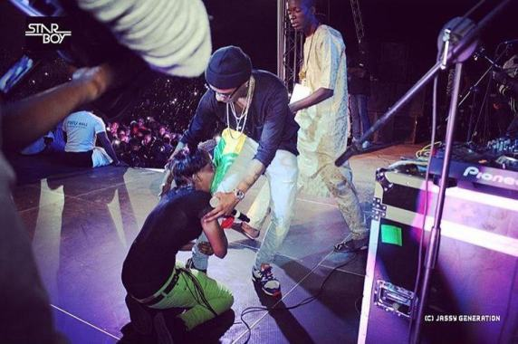 Fan grabs Wizkid's leg at his concert in Mali